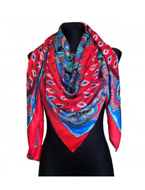 Яркий красный платок с рисунком