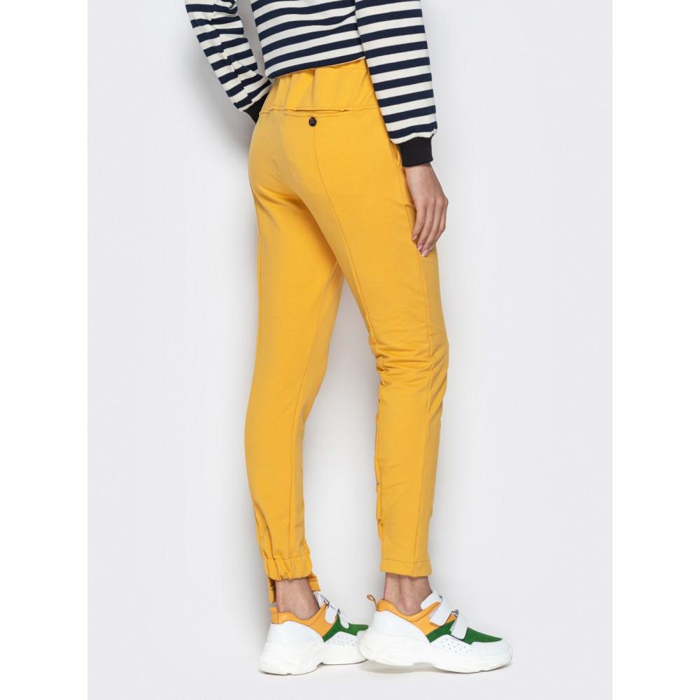 Зауженные брюки горчичного цвета на резинке фото 3