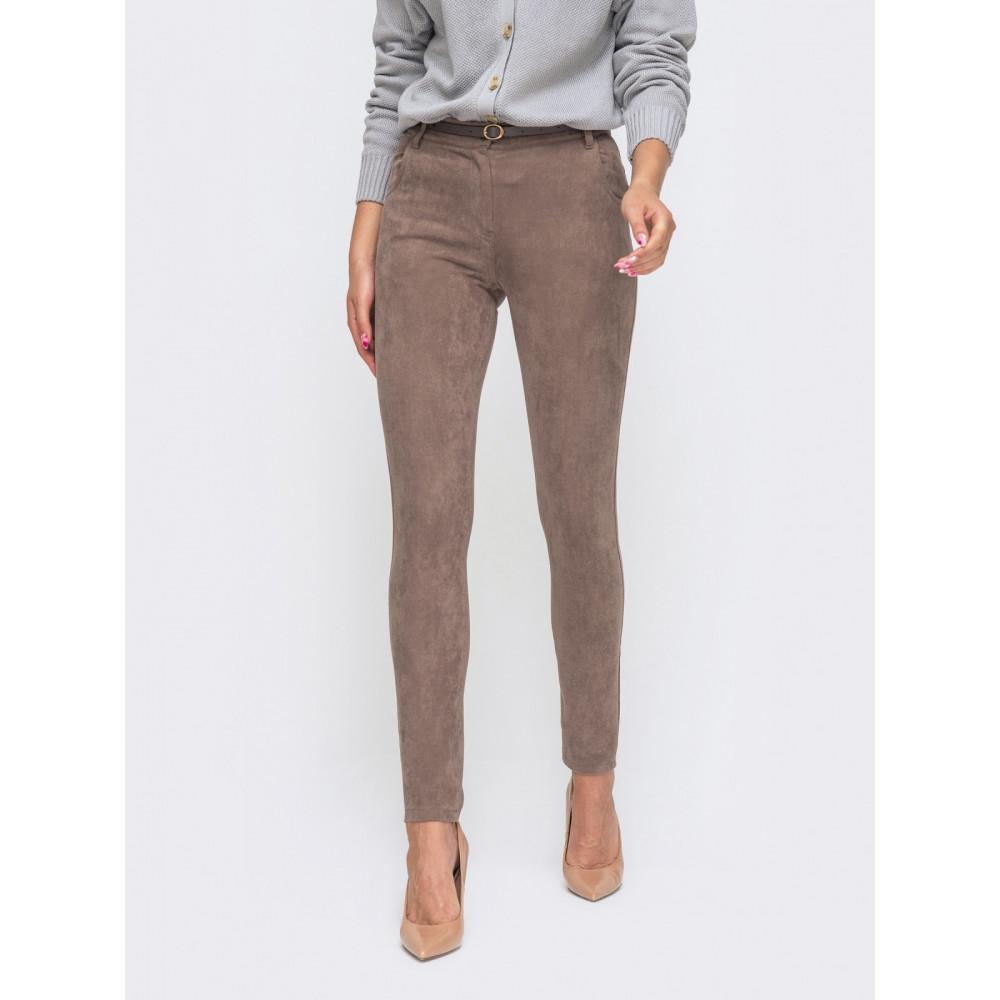 Зауженные кофейные брюки из замши фото 1