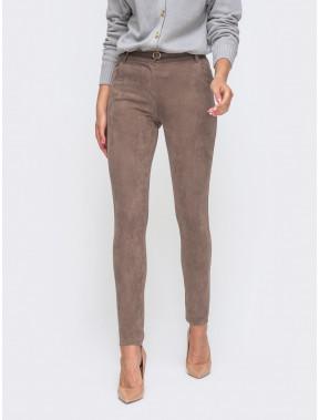Зауженные кофейные брюки из замши