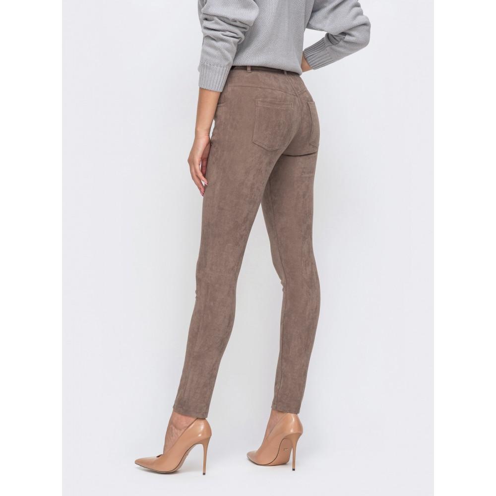 Зауженные кофейные брюки из замши фото 2