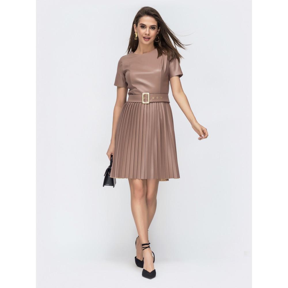 Бежевое платье из эко-кожи с юбкой-плиссе фото 1
