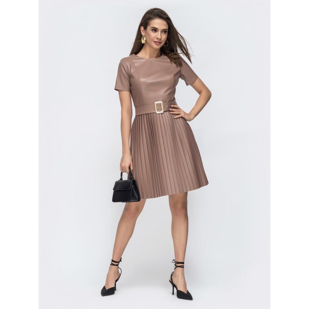Бежевое платье из эко-кожи с юбкой-плиссе фото 2