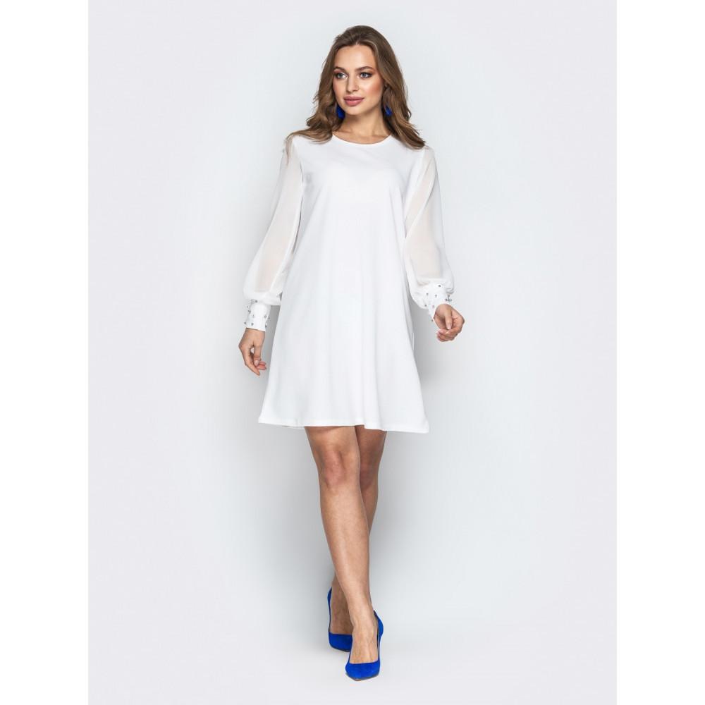 Белое платье-трапеция с жемчугом фото 1