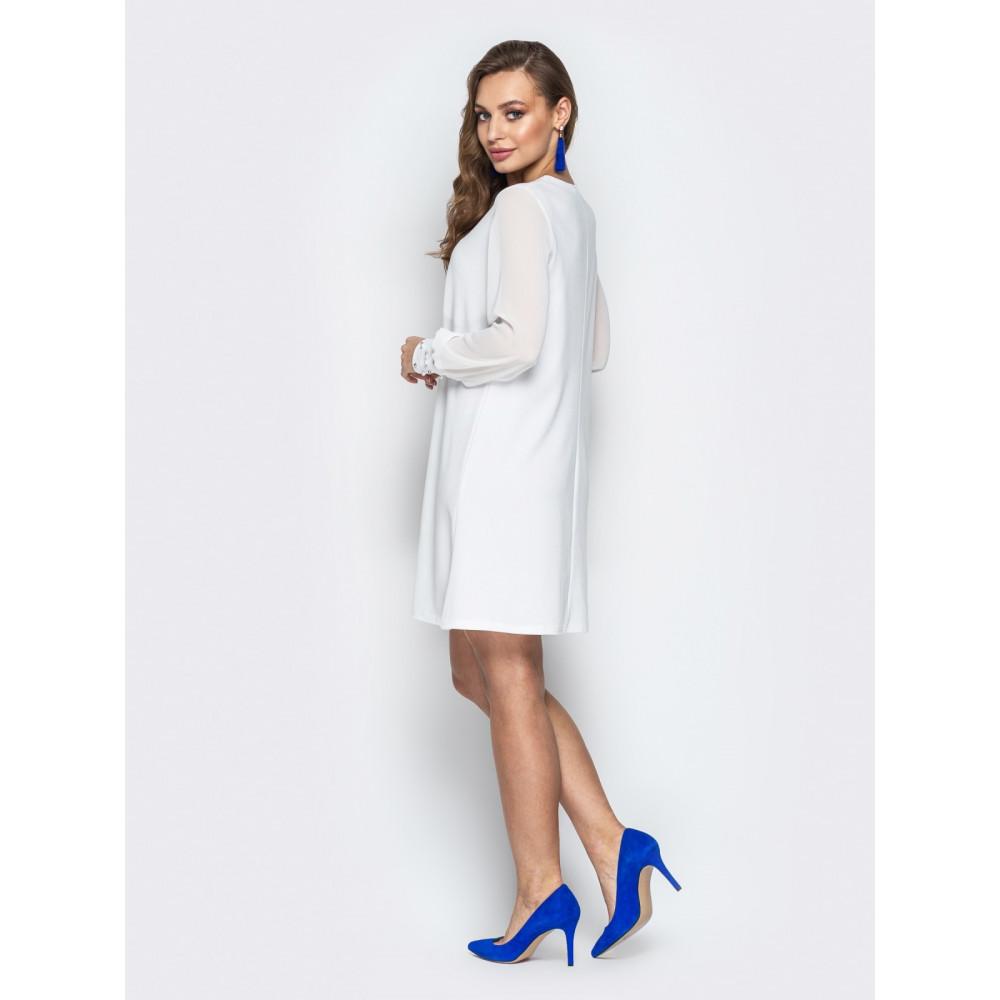 Белое платье-трапеция с жемчугом фото 3