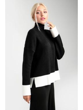 Черный свободный свитер с контрастной полосой
