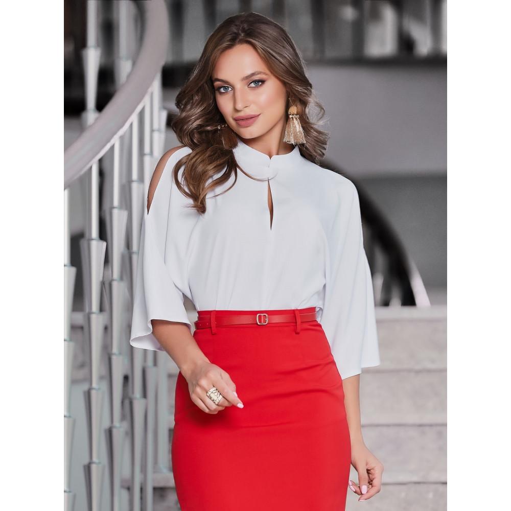 Белая блузка с вырезами на плечах фото 1