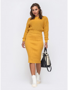 Горчичный комплект из акрила: свитер и юбка-миди